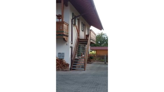 Hausansicht mit eigenem Treppenaufgang zur Ferienwohnung