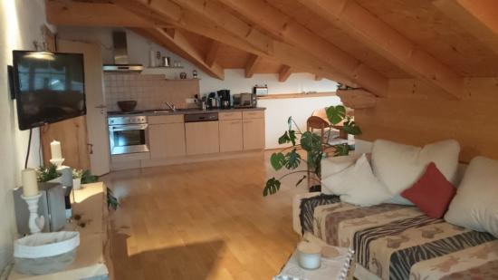 Offen gehaltener Wohnbereich mit Blick zur Küche u Essbereich