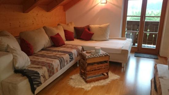 Offener Wohnzimmerbereich mit ausziehbarer Couch